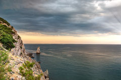 Nuvens sobre o mar e as rochas da Crimeia 1 Imagem de Stock Royalty Free
