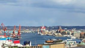 Nuvens sobre o porto. Velas do navio. Lapso de tempo vídeos de arquivo