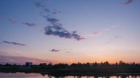 Nuvens sobre o rio após o por do sol video estoque