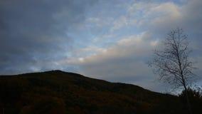 Nuvens sobre o timelapse da montanha video estoque
