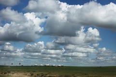 Nuvens sobre a pastagem Fotografia de Stock Royalty Free