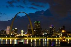 Nuvens sobre Saint Louis Gateway Arch imagens de stock