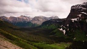 Nuvens sobre um vale de montana video estoque