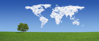 Nuvens sós do mapa da árvore e de mundo (XXXLarge) Imagem de Stock Royalty Free
