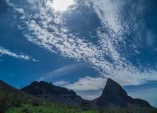 Nuvens surreais ao longo das montanhas pretas no Arizona foto de stock