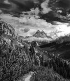 Nuvens surreais dinâmicas que correm sobre Tre Cime di Lavaredo, dentro Imagens de Stock Royalty Free