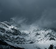 Nuvens temperamentais no por do sol acima das montanhas rochosas Imagem de Stock Royalty Free