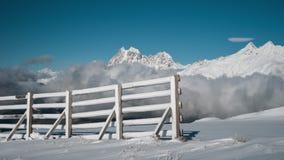 Nuvens Timelapse e montanhas nevados na estância de esqui video estoque