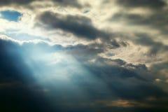Nuvens tormentosos do céu escuro e efeitos da luz azuis imagem de stock