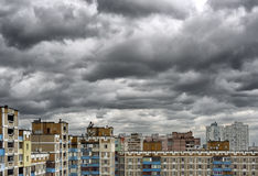 Nuvens tormentosos do cúmulo-nimbo dramático sobre a arquitectura da cidade Fotos de Stock Royalty Free
