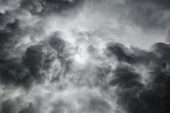 Nuvens tormentosos do preto pesado do vendaval foto de stock