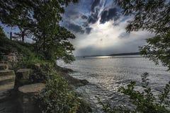 Nuvens tormentosos e águas calmas fotografia de stock royalty free