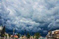 Nuvens tormentosos sobre a cidade Arquitectura da cidade bonita Fundo foto de stock