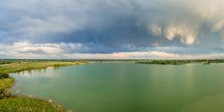 Nuvens tormentosos sobre o lago em Colorado foto de stock royalty free