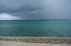 Nuvens tormentosos sobre o oceano colorido aqua foto de stock