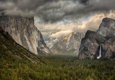 Nuvens tormentosos sobre a opinião do túnel em Yosemite Foto de Stock