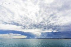 Nuvens tropicais do storn sobre a ilha no mar ao norte de Darwin Australia fotografia de stock
