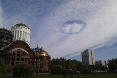 Nuvens urbanas sob a forma de um UFO redondo imagens de stock royalty free