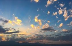 Nuvens vermelhas do céu bonito no por do sol fotos de stock royalty free