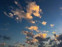 Nuvens vermelhas do céu bonito no por do sol fotos de stock