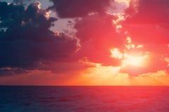 Nuvens vibrantes do céu do por do sol Fotos de Stock Royalty Free