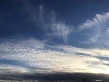 Nuvens vibrantes que varrem através do céu fotografia de stock