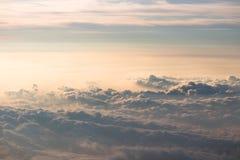 Nuvens vistas da parte superior do Mt Fuji em japão imagem de stock