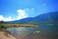 Nuvola Bali Indonesia del cielo blu del lago mountain immagine stock