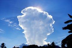 Nuvola bianca alta sopra la nuvola lanuginosa bianca della foresta tropicale sul fondo del cielo blu Estate Cloudscape Immagine Stock Libera da Diritti