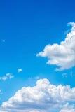 Nuvola bianca con il cielo blu Immagine Stock