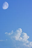Nuvola bianca con la luna sul fondo del cielo blu Immagini Stock Libere da Diritti