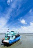 Nuvola bianca dell'indaco degli azzurri, cielo blu profondo Fotografia Stock