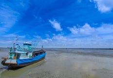 Nuvola bianca dell'indaco degli azzurri, cielo blu profondo Fotografie Stock Libere da Diritti