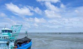 Nuvola bianca dell'indaco degli azzurri, cielo blu profondo Immagine Stock
