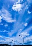 Nuvola bianca dell'indaco degli azzurri, cielo blu profondo Fotografia Stock Libera da Diritti