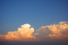 Nuvola bianca e dorata sul cielo Fotografia Stock