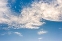 Nuvola bianca nel fondo del cielo Fotografia Stock Libera da Diritti