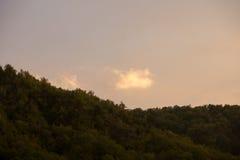 Nuvola bianca sopra le montagne Fotografie Stock Libere da Diritti