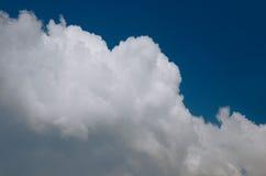 Nuvola bianca su cielo blu Fotografie Stock
