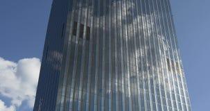 Nuvola che riflette in grattacielo stock footage