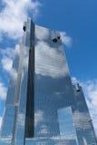 Nuvola che riflette sulla costruzione di vetro alta Immagini Stock Libere da Diritti