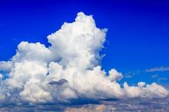 Nuvola in cielo blu prima del tramonto Fotografie Stock