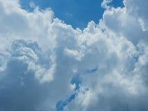 Nuvola con il fondo del cielo blu Fotografia Stock