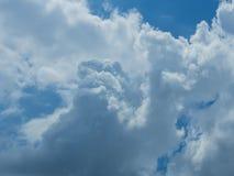 Nuvola con il fondo del cielo blu Immagini Stock