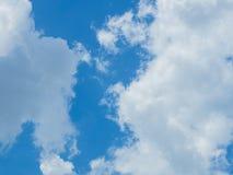 Nuvola con il fondo del cielo blu Immagine Stock