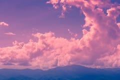 Nuvola crepuscolare sul cielo magenta Fotografie Stock Libere da Diritti