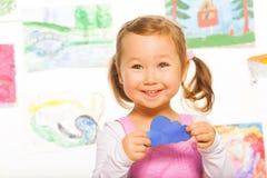 Nuvola di carta tenuta dalla bambina Fotografia Stock Libera da Diritti