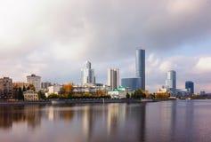 Nuvola di giorno dell'autunno dell'argine di Ekaterinburg Fotografia Stock Libera da Diritti