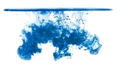 Nuvola di inchiostro sotto acqua isolata su fondo bianco Inchiostro blu in acqua con la linea di galleggiamento, goccia dell'inch Fotografia Stock Libera da Diritti