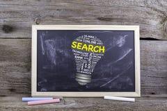Nuvola di parola della lampadina di RICERCA Bordo di gesso su una tavola di legno Fotografia Stock Libera da Diritti
